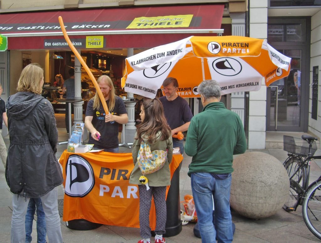 Info-Stand der Göttinger Piraten am Gänseliesel, 6. August 2016
